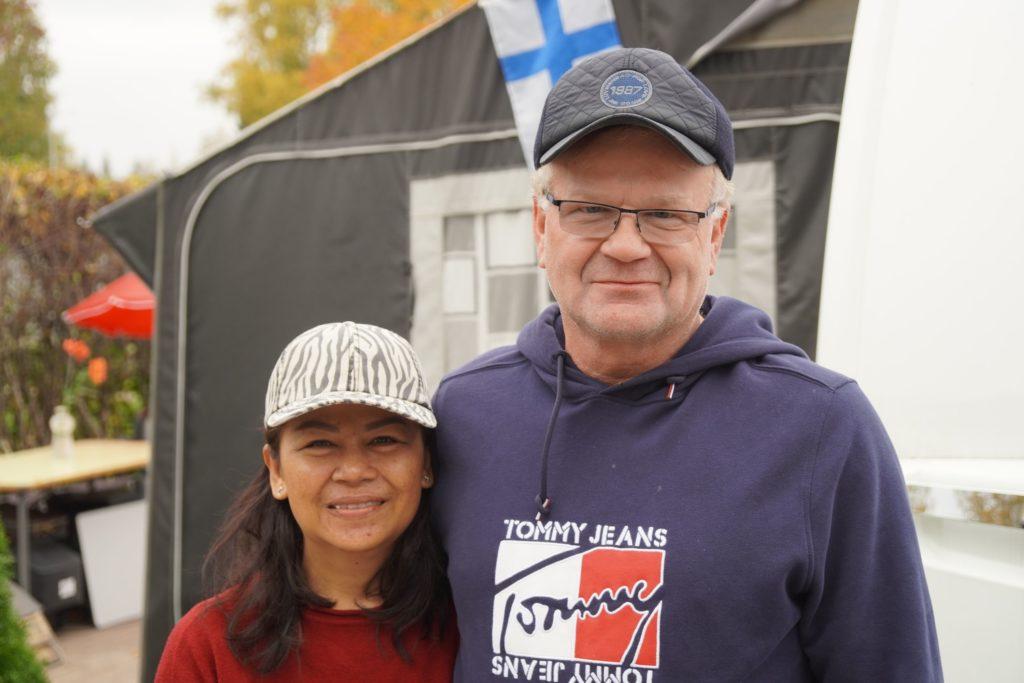 Lerwissa ja Pertti Kinnunen seisovat kädet kaulalla. Taustalla on teltta.